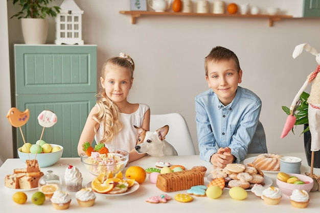 Kinder feiern ostern mit essen