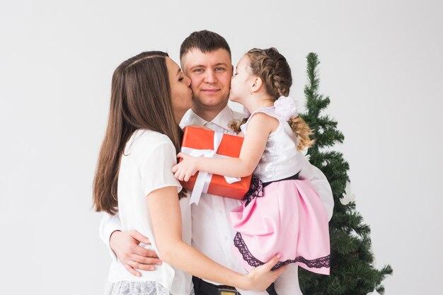 Kinder-, fest- und feiertagskonzept - weihnachtsfamilienporträt im hauptferienwohnzimmer.