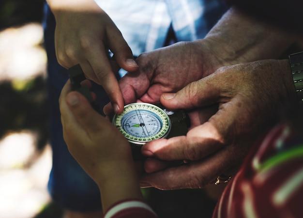 Kinder folgen den anweisungen eines kompasses