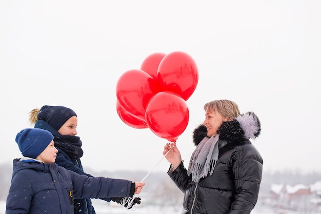 Kinder geben mutter luftballons