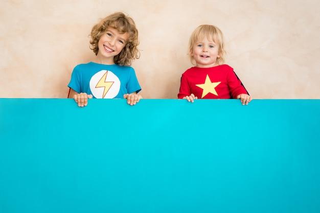 Kinder geben vor, superhelden zu sein