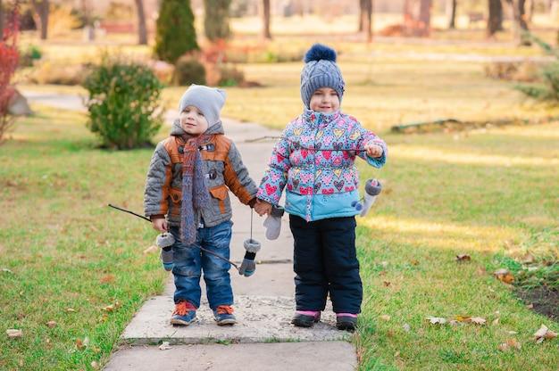 Kinder gehen durch den park