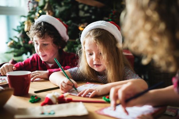 Kinder genießen das malbuch