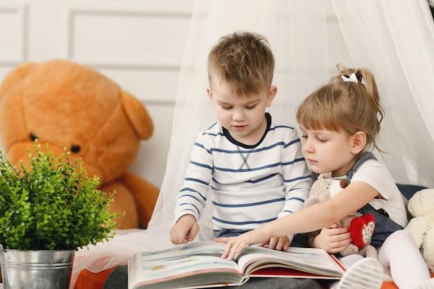 Kinder genießen die gemeinsame zeit