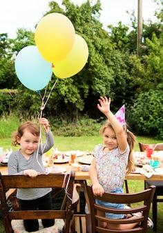 Kinder genießen die party im garten