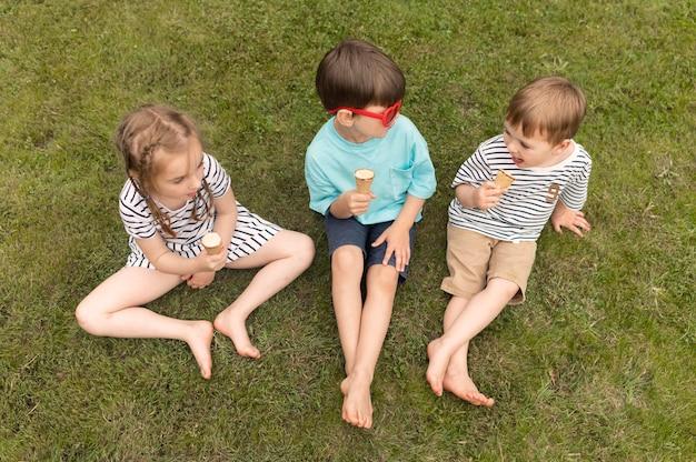 Kinder genießen eis