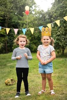 Kinder genießen party im garten