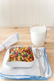 Kinder gesund schnelles frühstück. buntes reisgetreide für kinder auf hölzernem hintergrund. kopieren sie platz