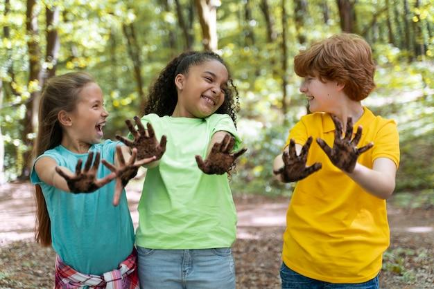 Kinder haben sich nach dem pflanzen die hände schmutzig gemacht