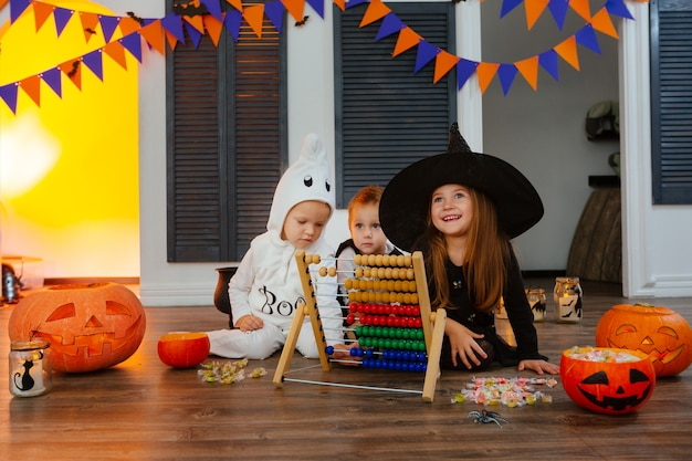 Kinder haben spaß beim zählen der gesammelten bonbons mit hilfe eines abakus