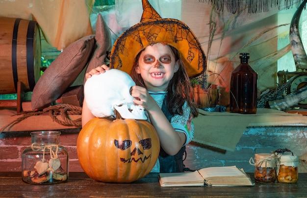 Kinder halloween feier urlaub lustige hexe mit einem kürbis kleines hexenkind in amerika feiert ...
