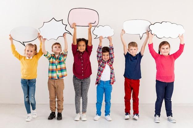 Kinder halten chatblasen