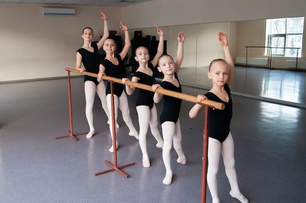 Kinder im balletttanzkurs.