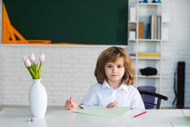 Kinder im klassenzimmer bei schulbildung und lernen für kinder