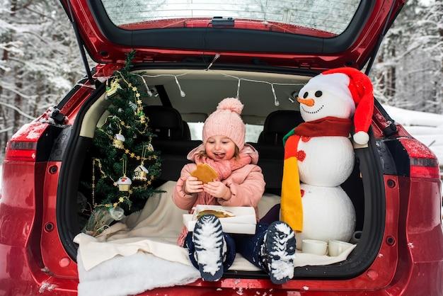 Kinder im kofferraum eines autos im winter