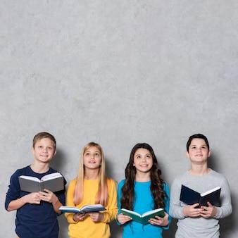 Kinder im kopierraum mit büchern