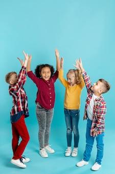 Kinder im kopierraum mit erhobenen händen