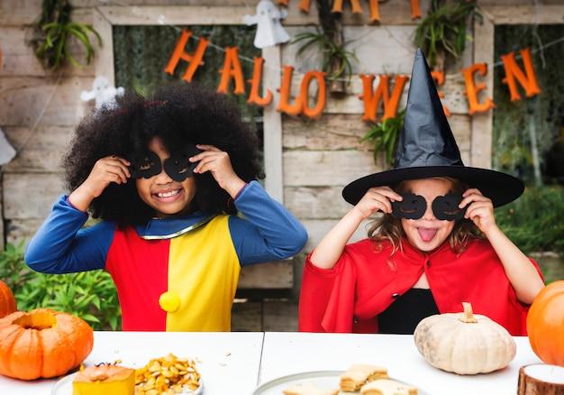 Kinder im kostüm genießen die halloween-saison