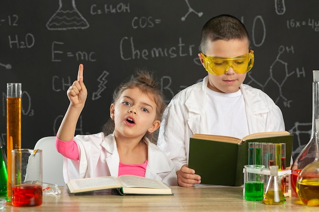 Kinder im labor machen experimente