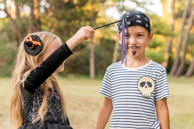 Kinder im park kostümiert für halloween