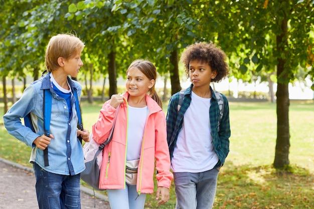 Kinder im park spazieren