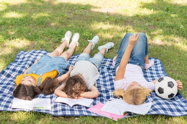 Kinder im park zusammen