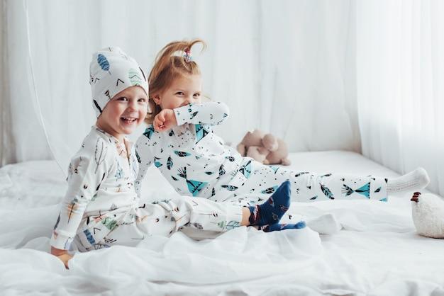 Kinder im pyjama