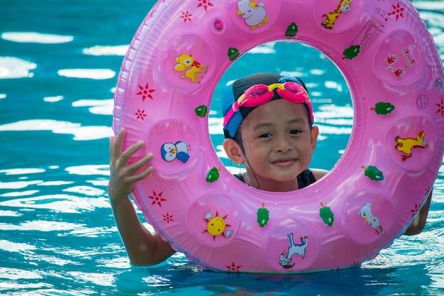 Kinder im schwimmbad, die spaß haben