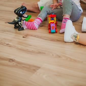 Kinder im spielzimmer mit spielzeug