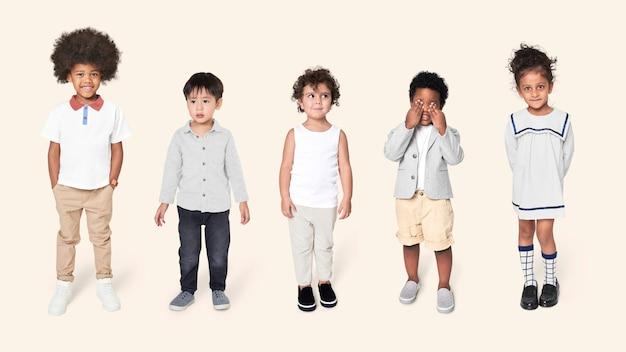 Kinder im vorschulalter in freizeitoutfits am ganzen körper