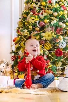 Kinder in der nähe des weihnachtsbaumes. tiefenschärfe.