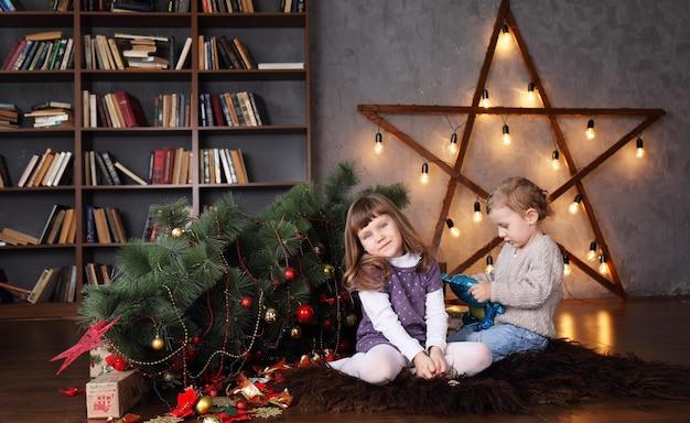 Kinder in der nähe eines umgestürzten weihnachtsbaumes