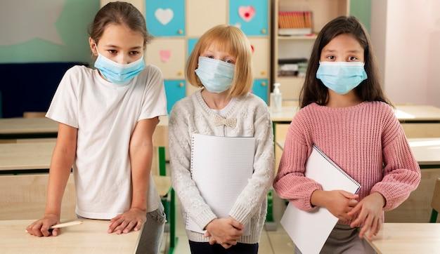 Kinder in der schule während des covid-konzepts