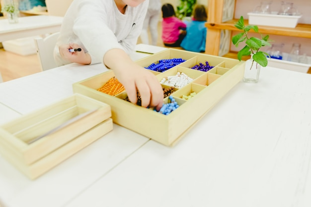 Kinder in ihrer schulklasse, die lernwerkzeuge abholen.
