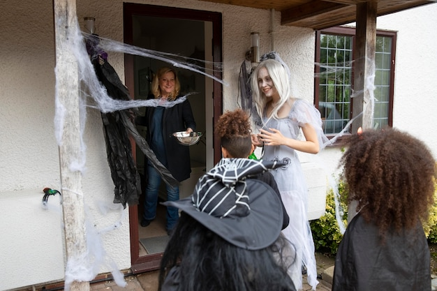 Kinder in kostümen süßes oder saures an halloween