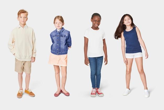 Kinder in lässigen sommeroutfits am ganzen körper