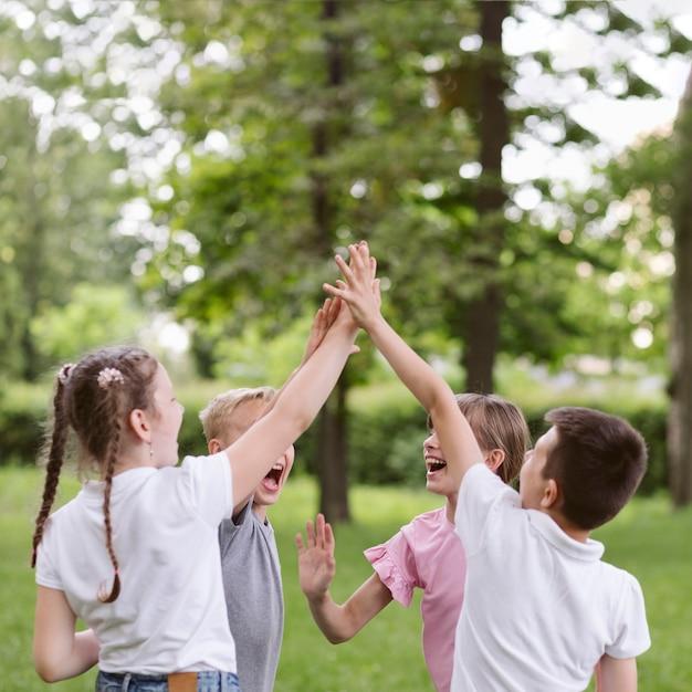 Kinder jubeln vor einem spiel
