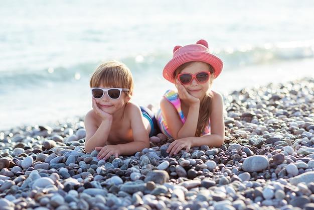 Kinder jungen und mädchen auf dem ozean