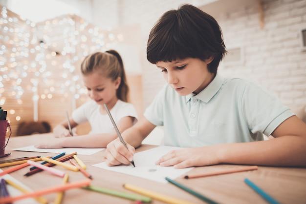 Kinder jungen und mädchen geschwister zeichnen mit bleistiften