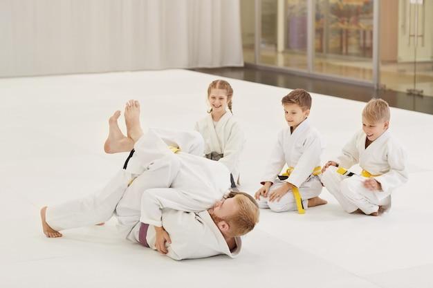 Kinder kämpfen mit trainer