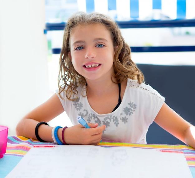 Kinder kind mädchen lächelnd mit hausaufgaben im sommer