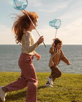 Kinder laufen mit schmetterlingsnetzen