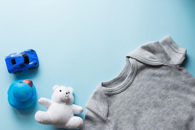 Kinder legen flach mit blauem draufsichtraum der kleidung des hintergrundes für text