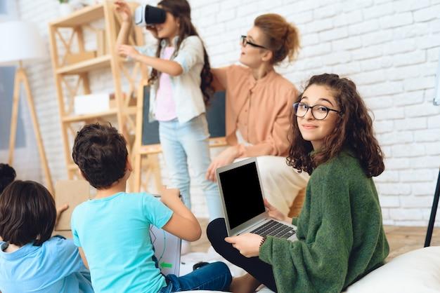 Kinder lernen die technologie der virtuellen realität kennen.