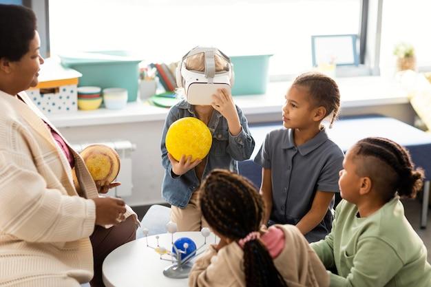 Kinder lernen etwas über das universum
