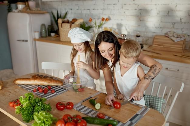 Kinder lernen in der küche, wie man einen salat zubereitet