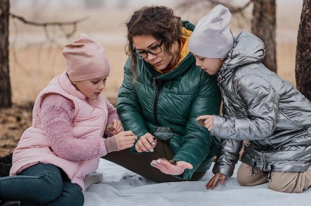 Kinder lernen mit ihrem lehrer neue wissenschaftliche dinge