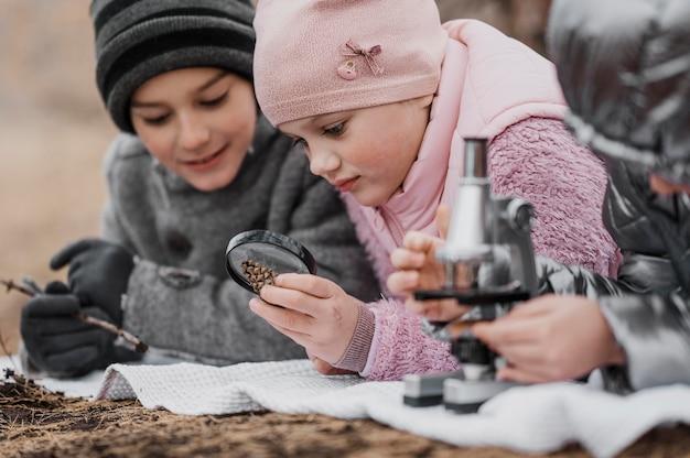 Kinder lernen neue dinge in der natur