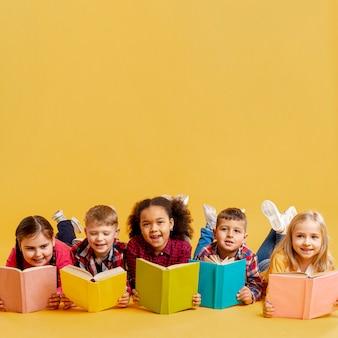 Kinder lesen im kopierraum