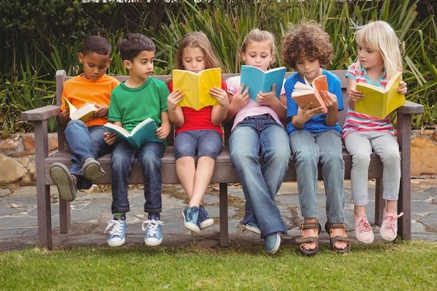 Kinder lesen zusammen aus büchern